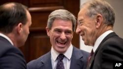 Desde la izquierda, el senador Mike Lee, republicano de Utah, el ex fiscal general de Virginia Ken Cuccinelli, y el senador Chuck Grassley, republicano de Iowa, se ríen durante un evento en la Casa Blanca en Washington, el 14 de noviembre de 2018.