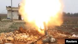 Chiến binh Quân đội Syria Tự do bắn một quả đạn pháo vào các chiến binh Nhà nước Hồi giáo ở phía bắc Aleppo, Syria, ngày 18 tháng 1 năm 2016.