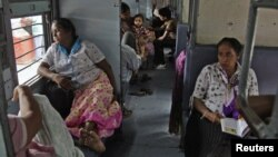 30일 인도 북부 알라하바드시 열차 안에서 전기 복구를 기다리고 있는 승객들.