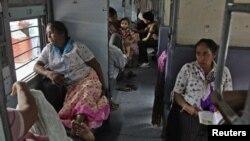 Hành khách ngồi chờ điện được phục hồi tại một nhà ga xe lửa ở thành phố Allahabad ở phía Bắc Ấn Độ, ngày 30/7/2012