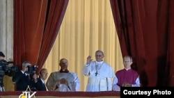 ပုပ္ရဟန္းမင္းႀကီးသစ္ Francis I ပထမဆံုးအႀကိမ္ လူထုကို ထြက္ႏႈတ္ဆက္စဥ္ (၁၃ မတ္ ၂၀၁၃)