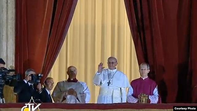 新任教宗方濟星期三晚向在聖伯多祿廣場的信徒致意(梵蒂岡電視台)