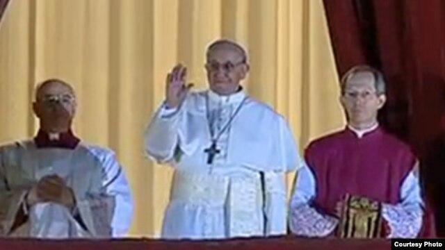 Đức Giáo Hoàng Francis (giữa) nói chuyện với đám đông, 13/3/2013. (Vatican TV)