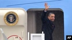 美国总统奥巴马登上空军一号前往威斯康辛州