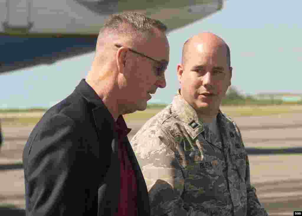 2018年2月3日邓福德上将(左)在访亚太途中在西太平洋的威克岛上短暂停留(美国国防部)