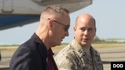 邓福德上将(左)2018年2月3日访亚太途经威克岛(美国国防部)