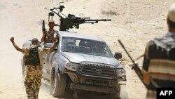 Ливийские повстанцы на захваченном у войск Каддафи внедорожнике в 100 км южнее Триполи. 30 июня 2011г.