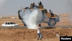 Người biểu tình ở Suruc, Thổ Nhĩ Kỳ ném đá vào xe quân đội trong cuộc biểu tình ủng hộ người Kurd và tỏ tình đoàn kết với người dân thị trấn Kobani.