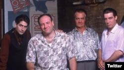 جیمز گاندولفینی (نفر دوم از چپ) و دیگر بازیگران سریال سوپرانوز