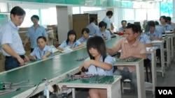 台灣電電公會調查顯示,中國投資環境變化對勞力密集的製造業台商影響最大(美國之音湯惠芸)
