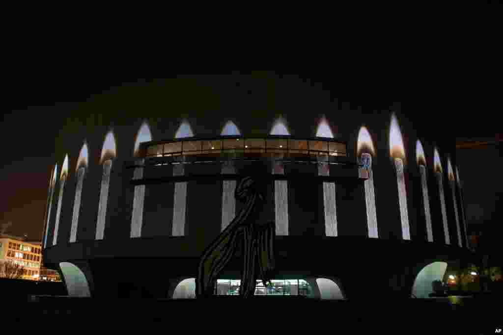 """Doug Aitken'in """"Song 1"""" adlı Projeksiyon sergisi 22 Mart'tan 13 Mayıs 2012 tarihleri arasında Hirshorn Müzesi'nin dış cephesinde gösterimde olacak. (Fotoğraf: Alparslan Esmer)"""
