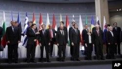 Članovi grupe Prijatelji kohezije poziraju pred sastanak Evropskog parlamenta u Briselu 13. novembra 2011.