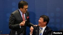 茂木敏充(右)2018年3月8日簽署TPP(路透社)