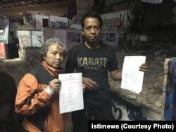 Eva Eryani Effendi (kiri) memegang bukti aduan ke Komnas HAM dan Budi Rahayu (kanan) memegang surat bukti laporan ke kepolisian atas dugaan proyek rumah deret melanggar UU Lingkungan Hidup. (Foto: istimewa)