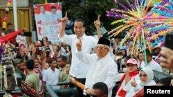 Pasangan nomor urut 01 Joko Widodo dan Ma'ruf Amin saat berkampanye di Tangerang, Banten, Minggu, 7 April 2019. (Foto: Reuters/Willy Kurniawan)