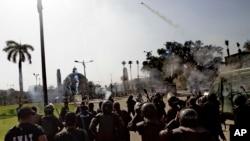 Cảnh sát Ai Cập bắn hơi cay trong vụ đụng độ tại trường đại học Cairo ở Giza, ngày 26/3/2014.
