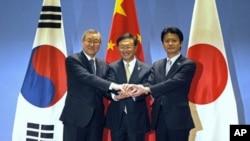 中国外长杨洁篪(中)日本外相玄叶光一郎(右)和韩国外长金星焕4月8日在宁波举行会晤,讨论朝鲜试射卫星问题