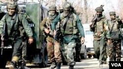 India diperkirakan menempatkan 300-500 ribu pasukan di wilayah Jammu dan Kashmir, namun wilayah ini terus bergolak.