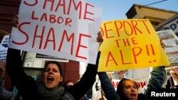 Các nhà hoạt động cầm biểu ngữ phản đối đảng Lao động Úc trong cuộc biểu tình ủng hộ người tị nạn tại Syney.