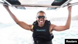 El expresidente Obama surfea a vela con el multimillonario Richard Branson, en Islas Vírgenes.
