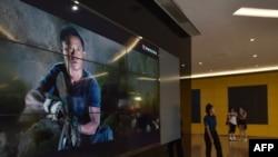 资料照片: 北京一家影院展示电影《战狼2》的影片截屏。(2017年8月21日)