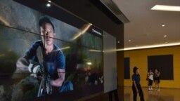 资料照片: 北京一家影院展示电影《战狼2》的广告 。(2017年8月21日)