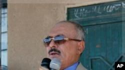 지지세력에게 연설을 하는 살레 대통령