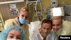 Alexei Navalny n'umuryango wiwe mu bitaro i Berlin