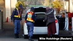 La police fouille une voiture à Pretoria, Afrique du Sud, 24 juin 2103.