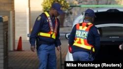 La police vérifie le contenu d'une voiture près de l'hôpital de Pretoria, en Afrique du sud, le 24 juin 2013.