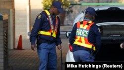 Des policiers fouillent dans le coffre d'une voiture à Pretoria, Afrique du Sud, le 24 juin 2013.