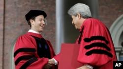 Марк Цукерберг получает диплом Гарвардского университета