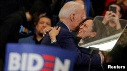 រូបឯកសារ៖ លោកស្រី Kamala Harris សមាជិកព្រឹទ្ធសភាសហរដ្ឋអាមេរិក ស្វាគមន៍លោក Joe Biden អតីតអនុប្រធានាធិបតីសហរដ្ឋអាមេរិកក្នុងអំឡុងយុទ្ធនាការឃោសនាបោះឆ្នោតរបស់លោកនៅរដ្ឋ Michigan កាលពីថ្ងៃទី៩ ខែមីនា ឆ្នាំ២០២០។