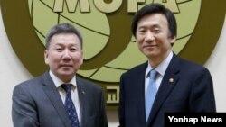 윤병세 한국 외교장관(오른쪽)과 롭산완단 볼드 몽골 외교장관이 12일 외교부에서 한·몽골 외교장관 회담을 가졌다.