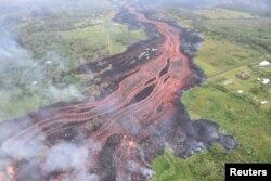Un enorme río de lava del volcán Kilauea de Hawái fluye hacia el océano, en esta foto tomada desde un helicóptero el 19 de mayo de 2018.