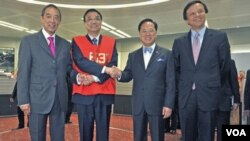 Wakil Perdana Menteri Tiongkok Li Keqiang (kedua dari kiri) berfoto dengan pimpinan Bursa Saham Hong Kong Ronald Arculli (kiri), pimpinan eksekutif Bursa Saham Hong Kong Charles Li (kanan) and pimpinan eksekutif Dewan Pemerintah Hong Kong Donald Tsang da