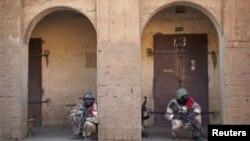 Des soldats maliens à l'affût des islamistes inflitrés dans le centre de Gao, le 10 février 2013.