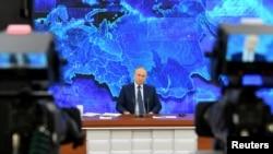 Ông Putin trong một cuộc họp báo.