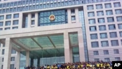蒙古族学生日前在政府楼前抗议