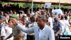 Le président sortant Faure Gnassingbé, qui se présente pour un troisième mandat, salue la foule lors d'un rassemblement électoral à Tado, au Togo, le 13 avril 2015.