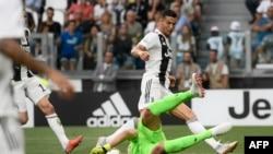 Le gardien albanais de la Lazio, Thomas Strakosha pare une attaque du Portugais de la Juventus Cristiano Ronaldo lors du match championnat italien entre la Juventus et la Lazio, au stade Allianz de Turin, le 25 août 2018.