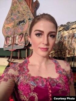 Andrea Decker mengenakan busana tradisional Indonesia di satu acara (dok: Andrea Decker)