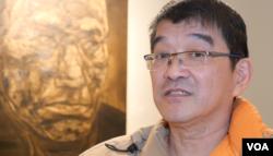 收藏莫鴻勳作品的蔡繼明也是畫家(美國之音國符拍攝)