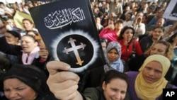 一群基督徒在3月7日抗議開羅郊區發生的教堂被焚事件