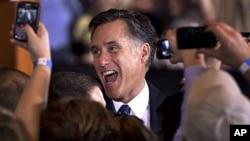 羅姆尼在伊利諾伊州初選中勝出﹐接受支持者祝賀。