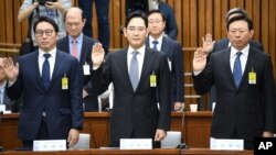 SK Group chairman Chey Tae-Won (left) Samsung Electronics Vice Chairman Lee Jae-yong (center) and Lotte Group Chairman Shin Dong-Bin take an oath during a parliamentary probe into a scandal engulfing President Park Geun-hye at the National Assembly in Seoul, Dec. 6, 2016.
