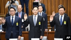 SK Group chairman Chey Tae-Won, left, Samsung Electronics Vice Chairman Lee Jae-yong, center, and Lotte Group Chairman Shin Dong-Bin take an oath during a parliamentary probe into a scandal engulfing President Park Geun-hye at the National Assembly in Seoul, Dec. 6, 2016.