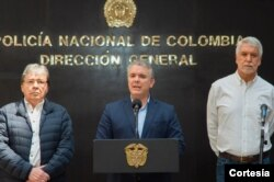 El presidente Iván Duque hace un balance del toque de queda, en Bogotá, junto con el ministro de defensa, Carlos Holmes Trujillo (I) y el alcalde de la ciudad, Enrique Peñalosa. (D)