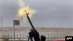 Một người thuộc phe nổi dậy bắn phi cơ của quân đội bay trên vùng trời thị trấn Ras Lanouf