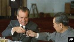 美國前總統尼克松1972年2月在北京和周恩來碰杯。
